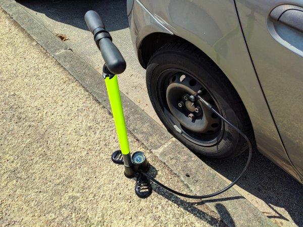pompe à pied voiture vue d'ensemble